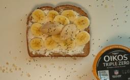 Tostada de queso crema, banano y yogur oikos de mantequilla de maní.