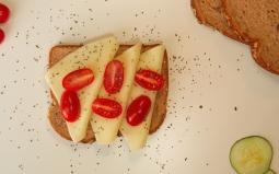 Tostada de mozarella, tomate y orégano.