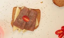 Tostada de roastbeef y queso.